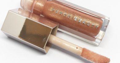 Desnudando el Gloss Bomb de la colección de Rihanna,