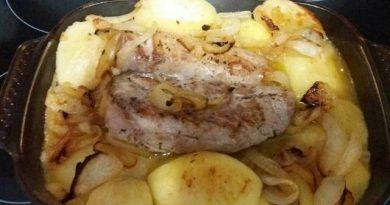 Solomillo de cerdo asado con patatas y cebolla caramelizada