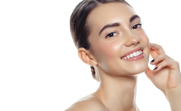 El cloro, el detergente, los liquídos abrasivos en su mayoría que utilizamos para la limpieza del hogar, también afectan el buen estado de la piel