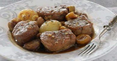 Solomillo de cerdo en salsa de cerveza y miel con cebollitas y castañas