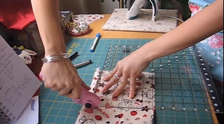 medir con la regla y cortar tela para funda de cojin con patchwork