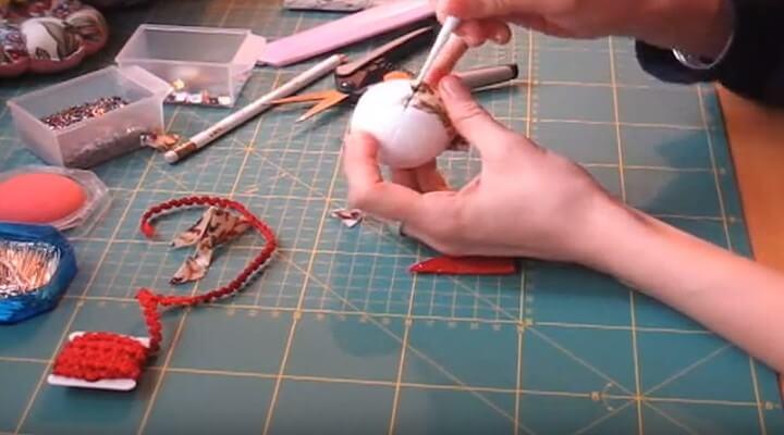 hundir tela en bola de navidad en patchwork