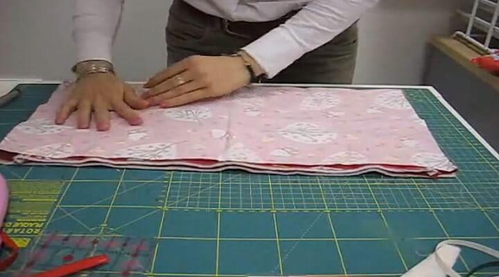 tela7 para La pieza de tela larga con la guata y el forro, la poneis en la parte de arriba, afianzandolo con alfileres y encima lo encarais con el otro trozo de tela grande.