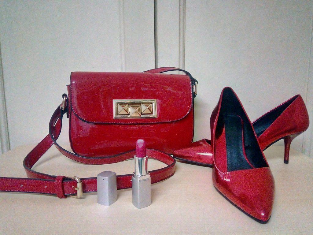 zapatos rojo, mini bolso y pinta labios