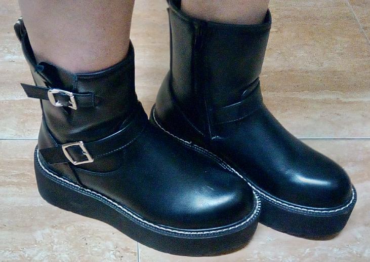 botas militares negras con hebillas en sus laterales