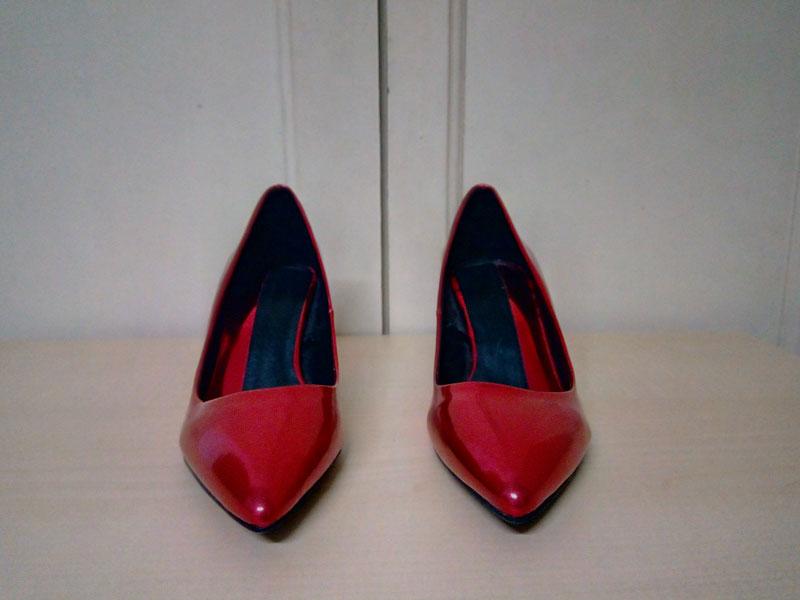 zapatos de tacón rojo de charol