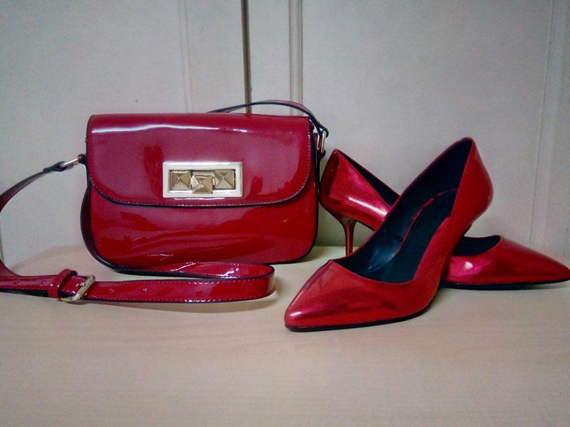 zapatos tacon y mini bolso de charol rojo